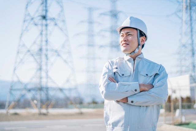 電気工事士・電力会社・作業着を着た男性