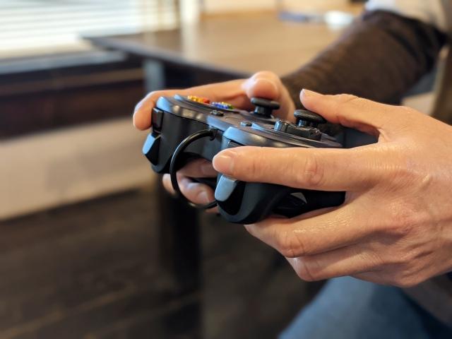ゲームプレイ中のコントローラー