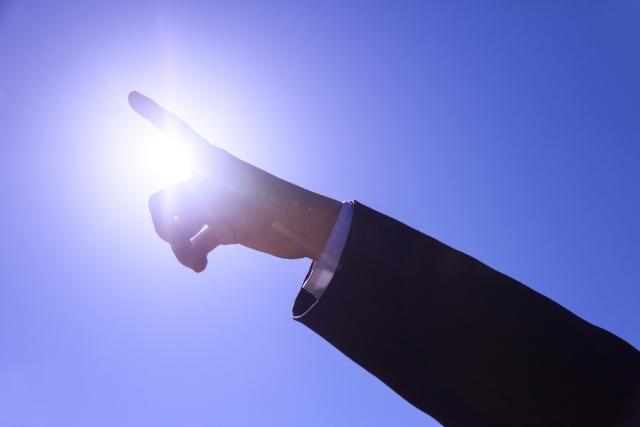 光を指さす手