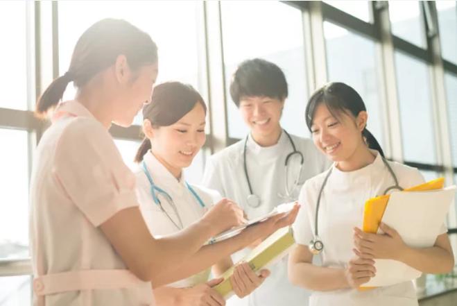 看護実習をする学生