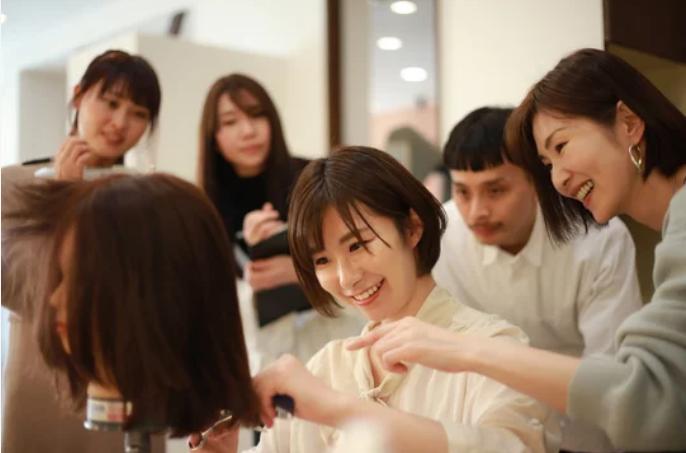 美容実習をする女性